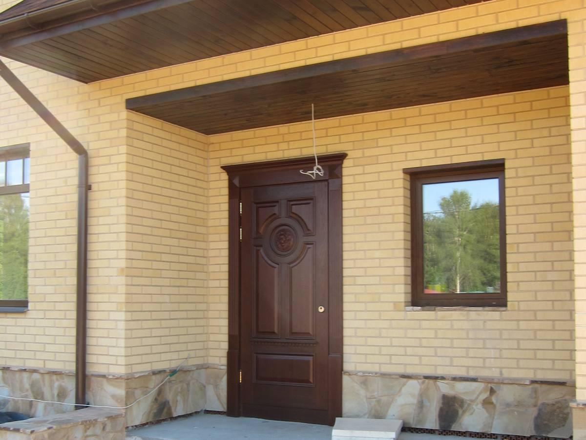 Монтаж деревянных дверей в подъездах