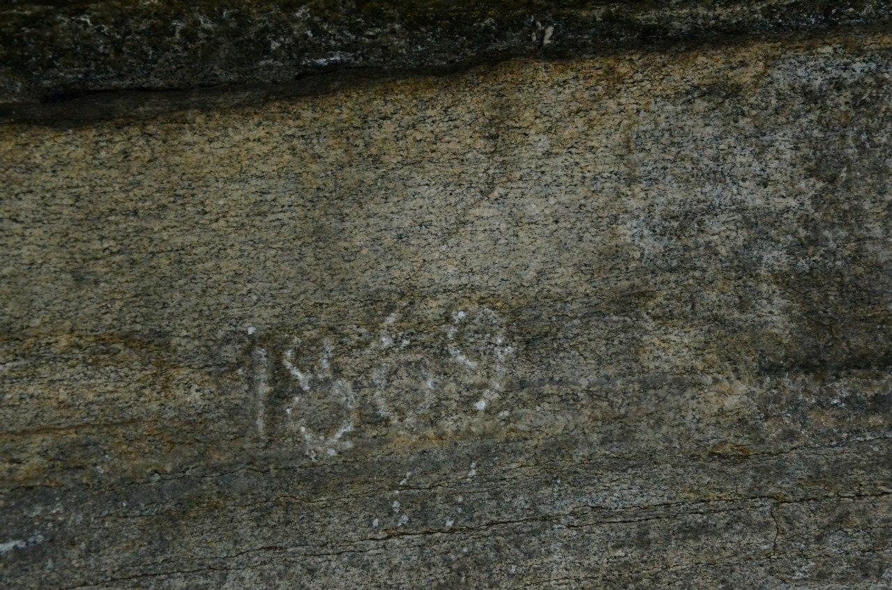 Туристы знают скалу Дракон очень давно! Петроглиф на скале 1869 год (20.12.2015)