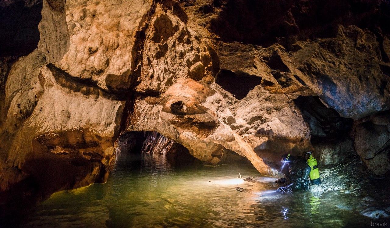 Водолаз готовится к погружению в подземное озеро Мокрушинской пещеры