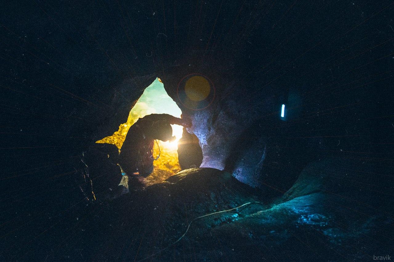 Проход к подземному озеру Мокрушинской пещеры.