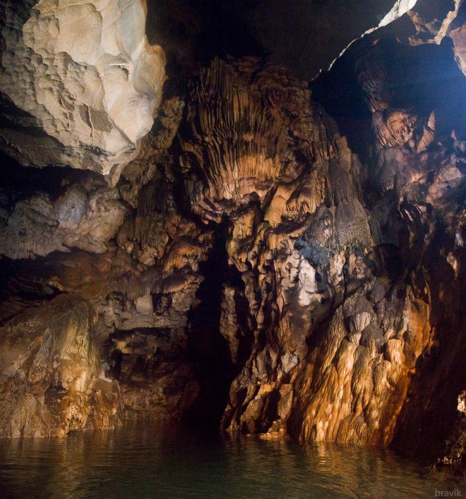 Люстра над подземным озером Мокрушинской пещеры, Приморский край