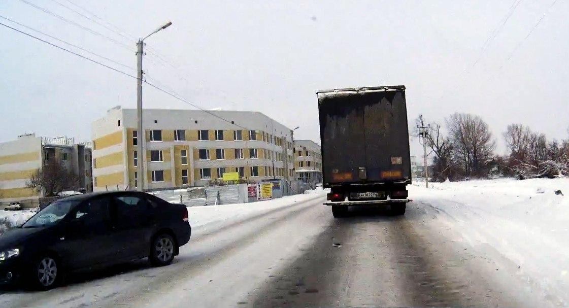 В Таганроге из-за нечищеных дорог, превратившихся в «стиральные доски», большое количество ДТП