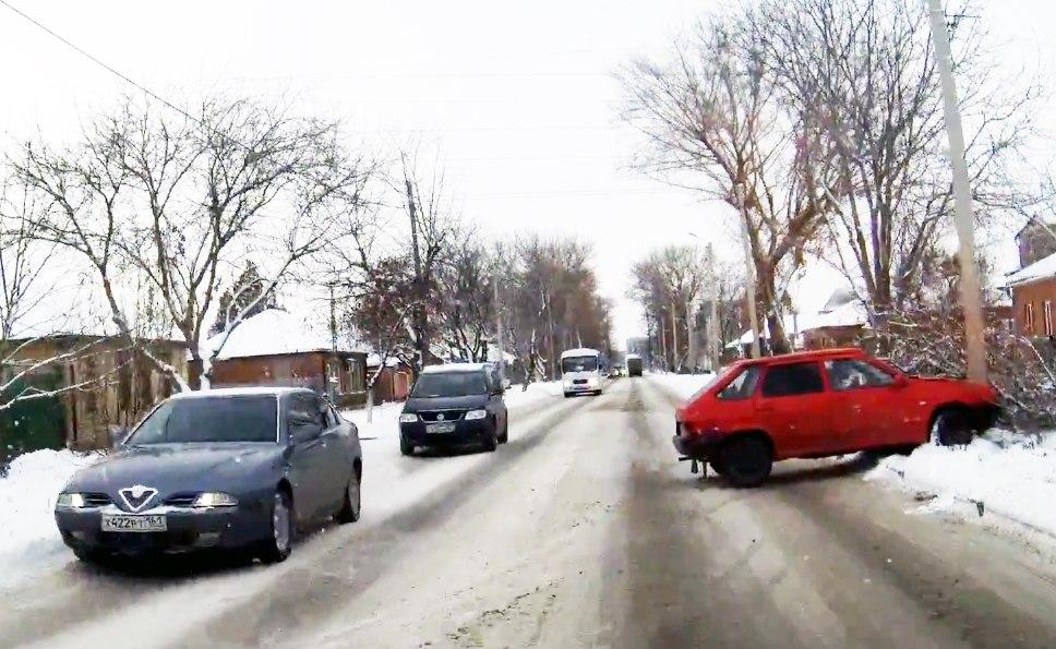 В Таганроге «девятку» занесло на скользкой дороге, и она врезалась в столб. ВИДЕО