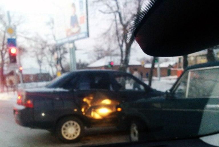 ДТП в Таганроге: из-за скользких дорог столкнулись «ВАЗ-2106» и «ВАЗ-2110»