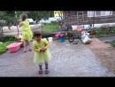 Анечке 2 годика. Аня танцует