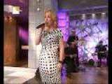 Alejandra canta