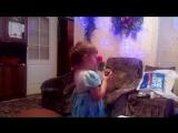 дочка поёт свою песню