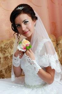 Продаю дизайнерську весільну сукню .