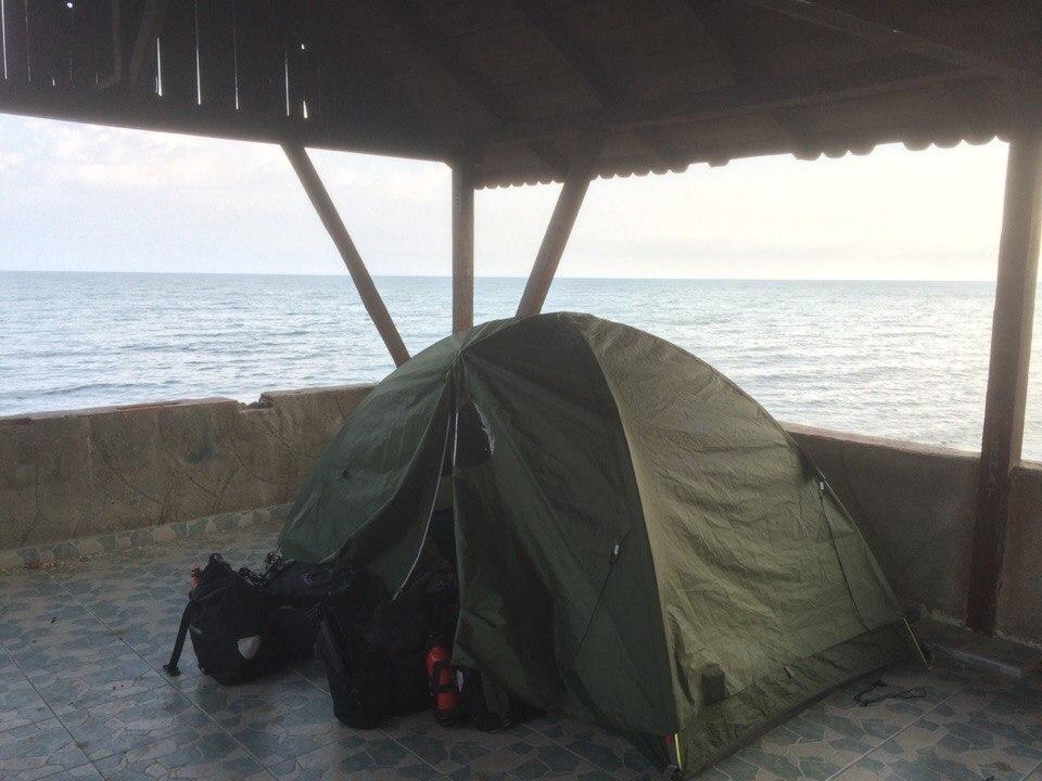 Ночёвка в палатке на берегу Черного моря