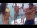 Девочка секси танцует с прикольным толстячком