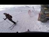 Сумасшедший спуск лыжника по узкому горному ущелью