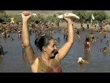 В Испании состоялся фестиваль ловли рыбы руками в грязной воде - Первый канал