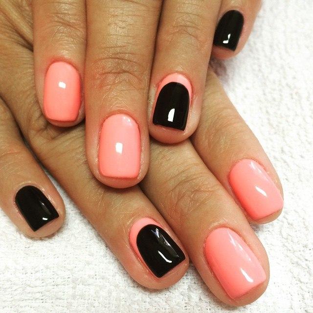 Маникюр персиковый с черными