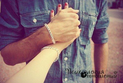 Счастлива не та женщина которой приходится держать своего мужчину возле себя, счастлива та женщина чей мужчина сам держится возле нее.