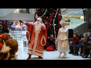 дед мороз танцует со снегурочкой) прикольно!