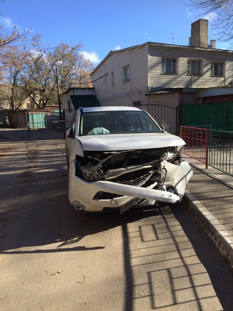 ДТП в Таганроге: На улице Морозова лоб в лоб столкнулись Hyundai Getz и Mitsubishi Outlander