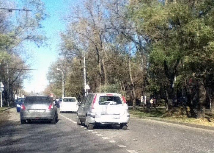 В Таганроге на улице Дзержинского троллейбус протаранил Ford