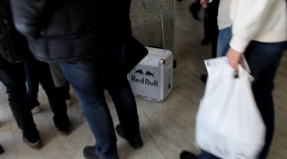 ВГУ ред булл проводит рекламную акцию своей отравы  под музыку в главном корпусе