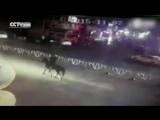 В Китае BMW сбила лошадь с пьяным наездником (07.11.2015)