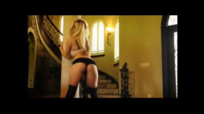 Sexy blonde girl dancing next to the stairs - Sexowna blondynka tańczy obok schodów
