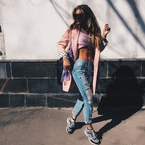 Прорезь в джинсах между ног у телки 11 фотография