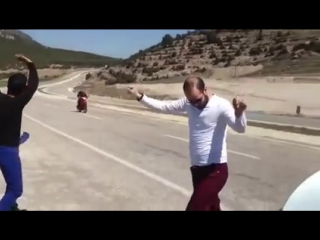 Arabayı Yol Kenarına Çekip Oynayan Kurtlu Arkadaşlar ))) - siirdos..