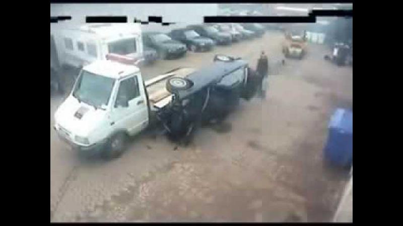 Приколы Смешное видео Нелепые случайности Машина упала с эвакуатора