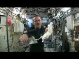 Что будет, если выжать мокрое полотенце в космосе