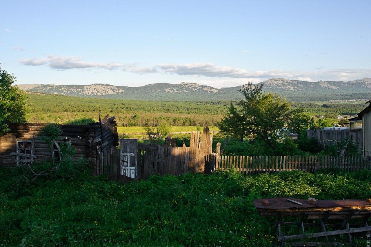 Посёлок Рудничный. Вид на хребет Большая Сука