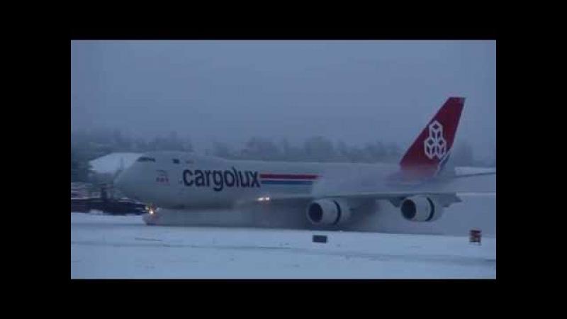 Landing in the snow Cargolux Boeing 747-8R7F