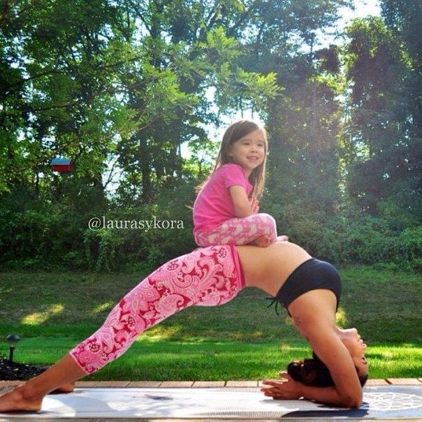 Этот йога-инстаграм мамы и дочки покорил мир. Лора Касперзак не поп-звезда, модель или актриса, а 36-летняя мама двоих детей и инструктор по йоге из Нью-Джерси. Но это не помешало её аккаунту в Instagram набрать более 700 000 подписчиков. А всё дело в том, что почти каждый день Лора публикует фотографии себя в умопомрачительных позах йоги и в компании своих 4-летней дочки и иногда 8-летнего сына, которые страются повторять движения мамы. Безупречные прогибы, яркие костюмы и настроение делают…