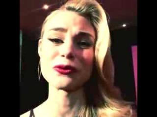 Обращение Люси к фанатам на премьере фильма «Академия вампиров» в Австралии