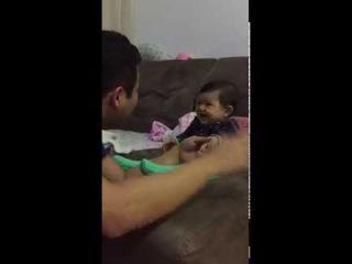 Папа пытается обрезать ногти своему ребенку, МИЛОТА