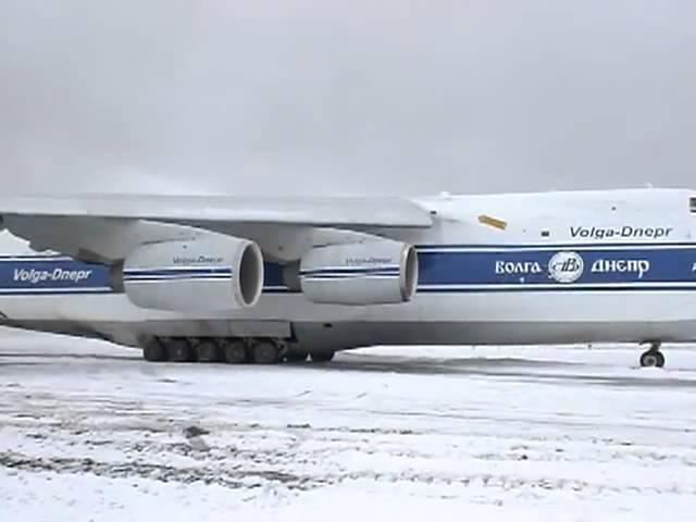 Ан-124 выкатился за пределы ВПП и сам выбрался с грунта