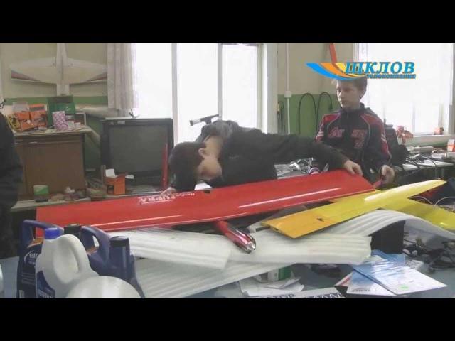 Андрей Коголь 15 лет учит детей конструированию летающих моделей самолетов.