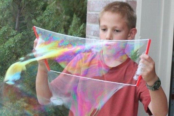 Занимательная наука для детей Секреты гигантских мыльных пузырей Мыльные пузыри бывают разные. Сейчас в любом магазине игрушек можно без труда купить готовый набор для создания самых разных мыльных пузырей – и больших, и маленьких, и ароматных, и без запаха. Но самые лучшие мыльные пузыри можно без особых усилий сделать самостоятельно, и их гигантский размер вас, несомненно, впечатлит. Секрет особых гигантских пузырей – в глицерине. Именно этот ингредиент позволяет пузырям достигать нешуточных…