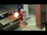 Американец попытался сжечь паука, сидящего на машине, и устроил пожар на заправке - Первый канал