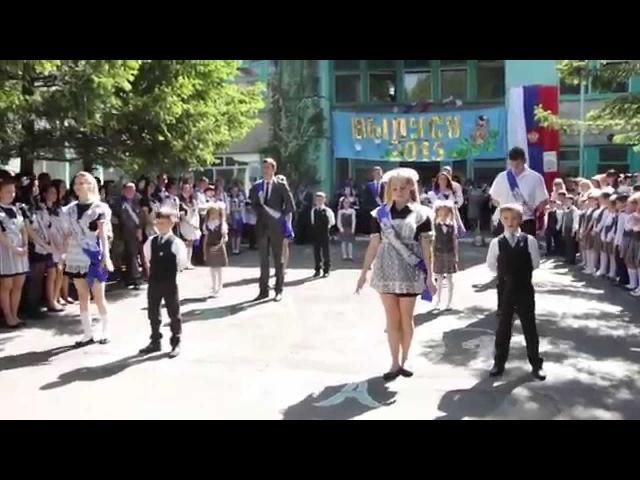 Вальс одиннадцатиклассников с первоклассниками