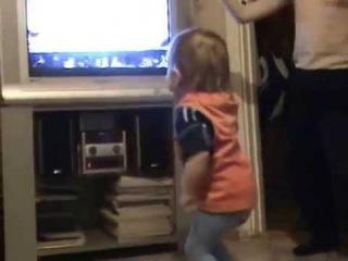 Даниил танцует под песню Еду в Магадан