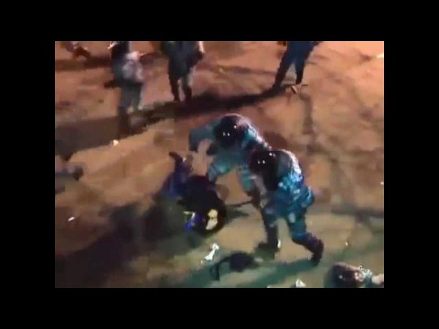 Беркут избивает лежачего мужчину , пробегая мимо . Евромайдан ,Украина