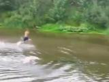 Когда тебя кто-то коснулся в воде)))