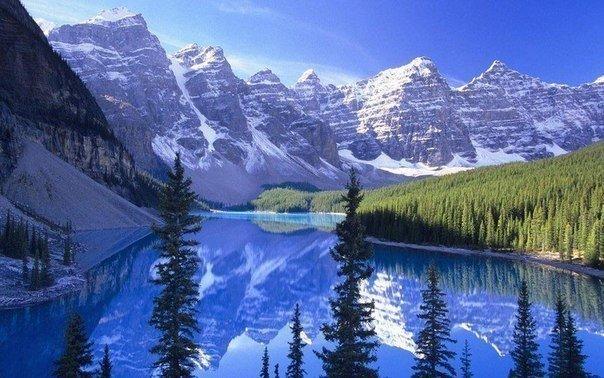 Морейн — ледниковое озеро в Национальном парке Банф, Канада.