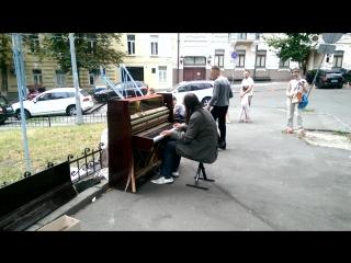 Незнакомец играет на пианино. По адресу - Ул. Десятинна 14! Играет изумительно!