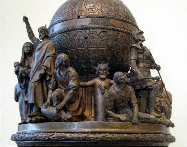 Языческий идол на имперском монументе
