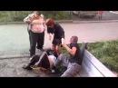 пьяная драка у подъезда. баба пиздит мужика с ноги. женщина с ребёнком разнимает