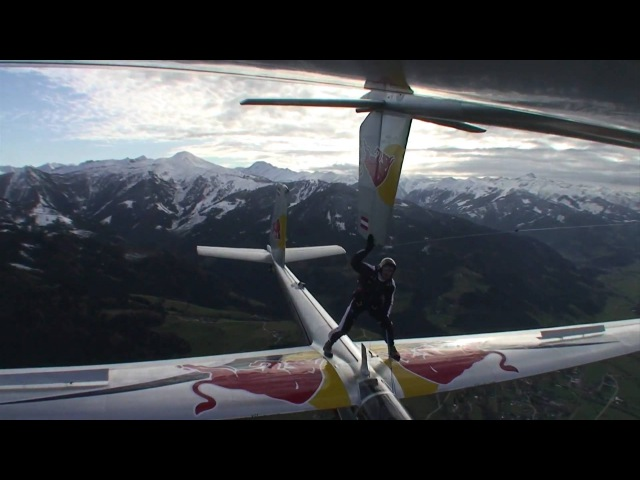 Skydiver moves between gliders in mid-air! Red Bull Akte Blanix 2