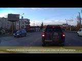 Ветром опасно раскачивает рекламную конструкцию на оживленном перекрестке в Бердске