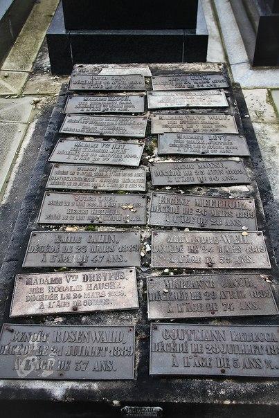 Общая могила, 19 табличек с именами