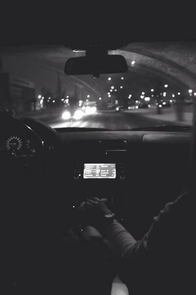 за руку фото в машине