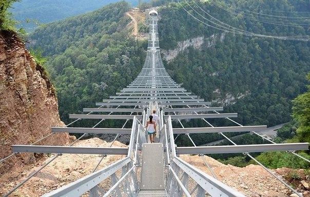 Самый длинный подвесной мост в мире протяженностью 439 метров. Сочи, Россия